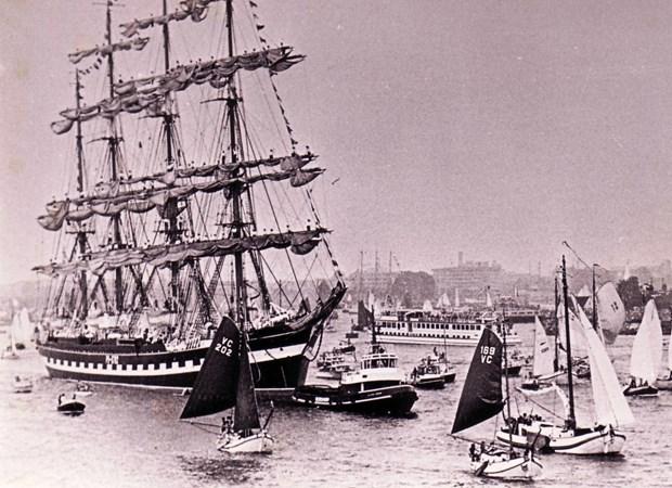 ships coming into bay