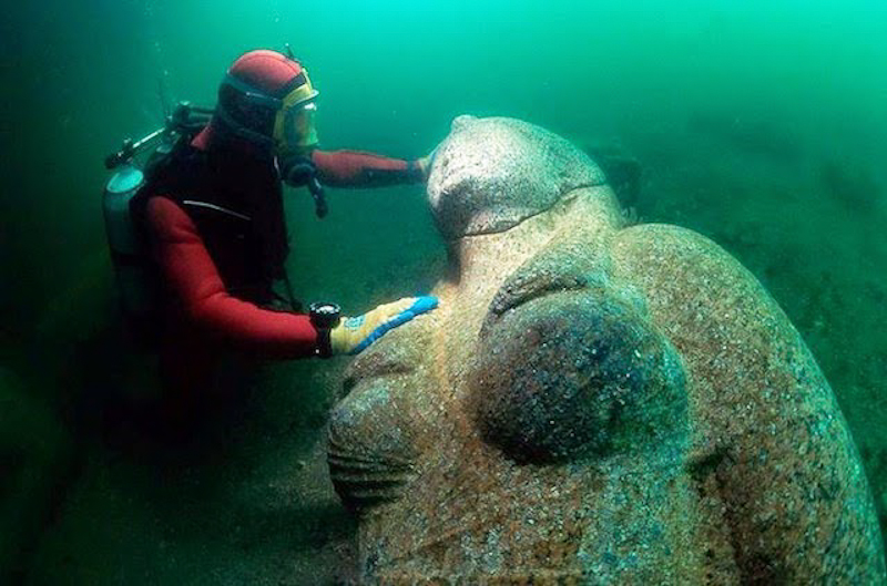 Colossal red granite statue of a Ptolemaic queen, 4.9 m high and weighing 4 tons, found close to the great temple of sunken Heracleion. ©Franck Goddio/Hilti Foundation, photo: Christoph Gerigk